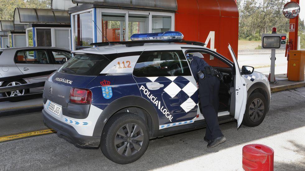 Un vehículo policial de Cee se niega a pagar el peaje en la AG-55.Calvelo enseñando el fax que le llegó esta mañana