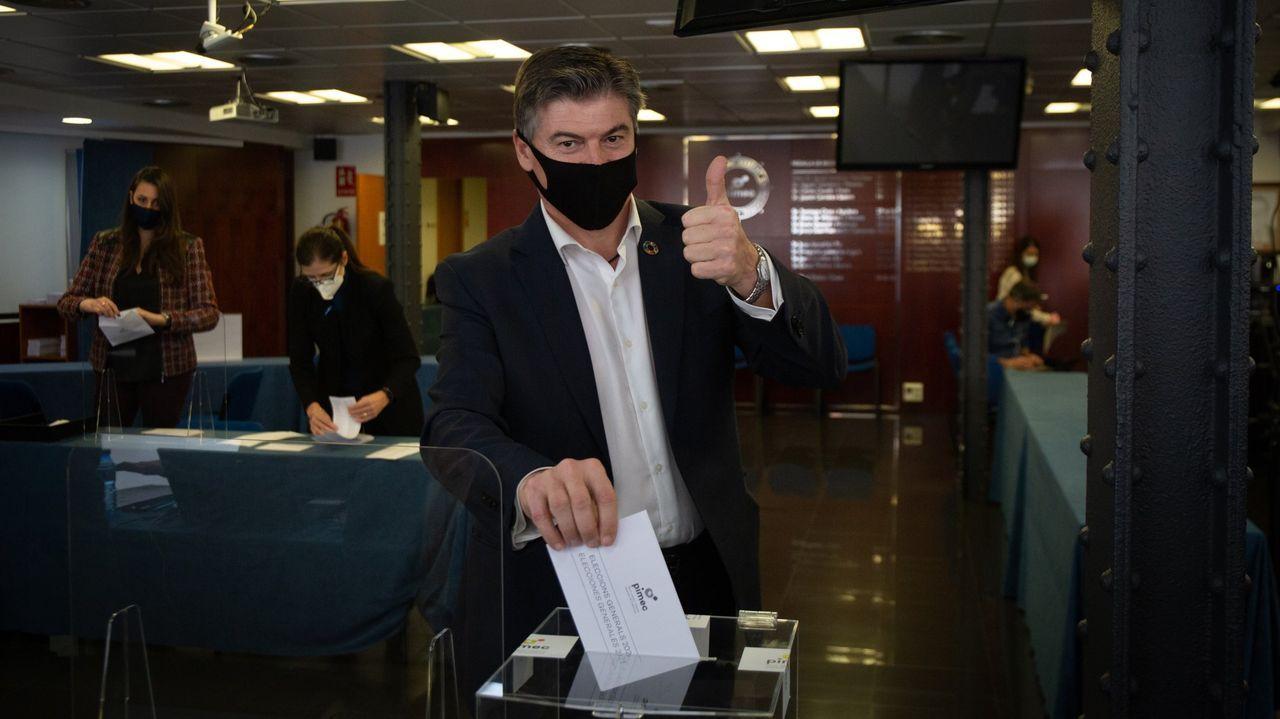 El empresario Antoni Cañete votando en una sede de Pimec
