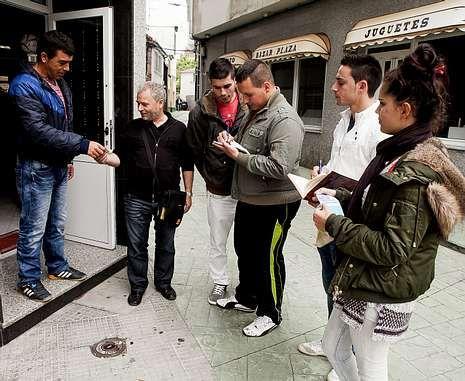 Miembros de una comisión de fiestas pidiendo ayer donativos en Camariñas.