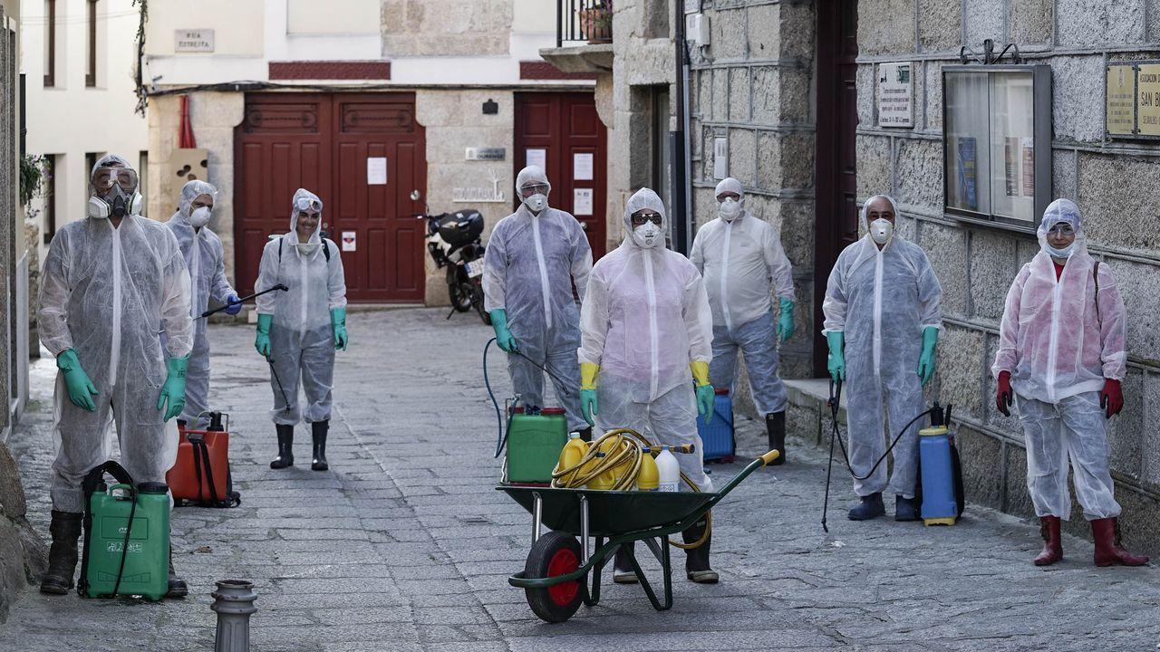 Un grupo de vecinos voluntarios, listos para colaborar en las tareas de desinfección de las calles de Seixalbo, en Ourense