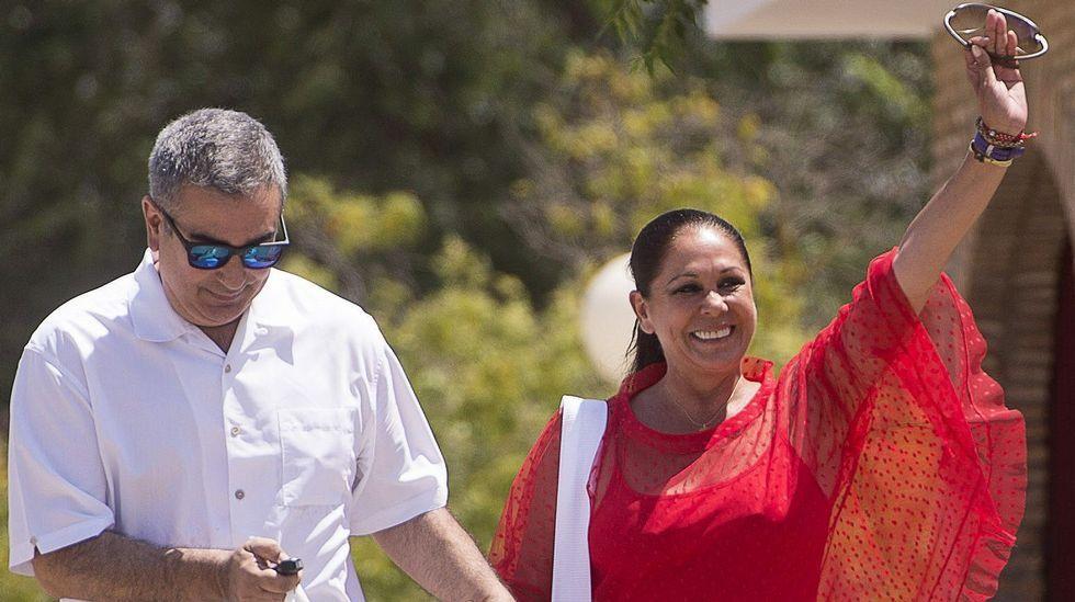 Isabel Pantoja saluda sonriente a su salida de la cárcel de Alcalá de Guadaira.
