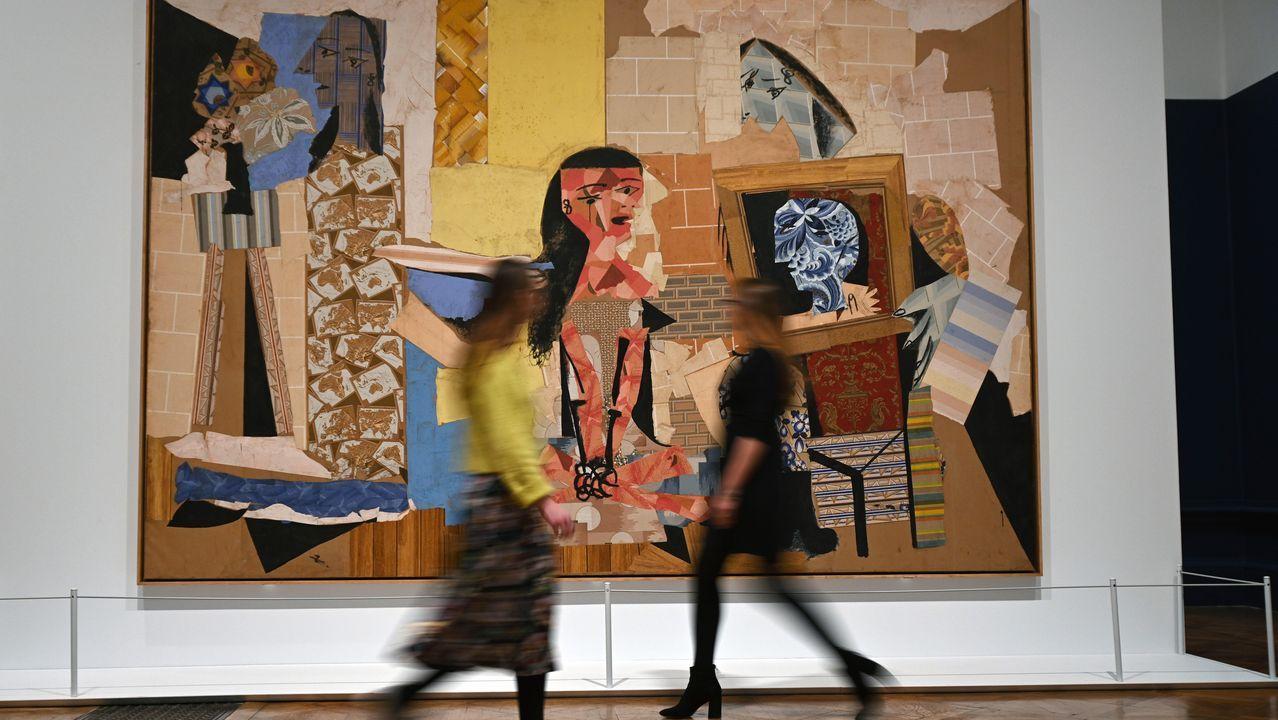 Dos visitantes pasan ante una de las obras de mayor envergadura de la muestra «Picasso and Paper», el extraordinario colaje «Femmes à leur toilette» (1938)