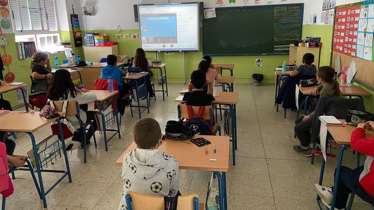 Graduaciones en Salesianos y el IES Prieto Nespereira.Representantes de ANPA de Ferrol, A Coruña, Santiago y Ourense se concentraron ante la Consellería de Educación, en San Caetano