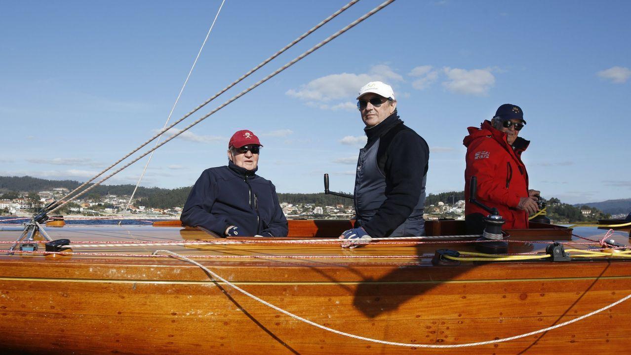 El rey emérito, de visita en Sanxenxo en el 2016, saliendo en velero junto a Pedro Campos, presidente del  Real Club Náutico