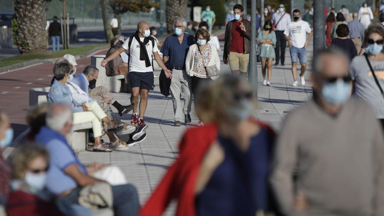 Gente paseando con mascarilla en A Coruña