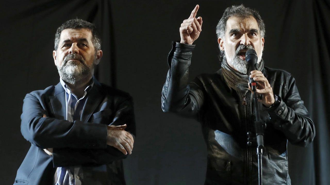 Jordi Cuixart, con el micro y la mano levantada, y Jordi Sànchez