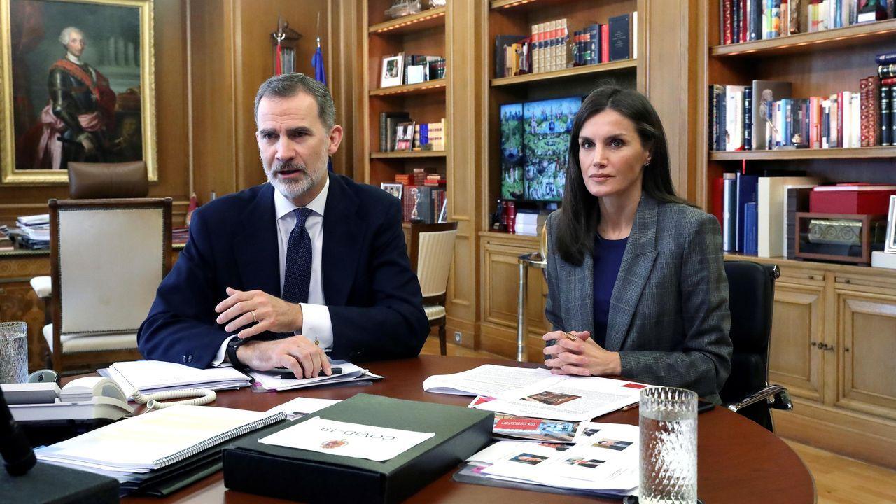 EN DIRECTO | Así será el progresivo desconfinamiento.El rey Felipe VI y la reina Letizia durante una videoconferencia en el palacio de la Zarzuela en Madrid el pasado viernes.