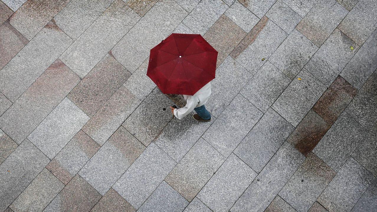 Alerta por lluvias para este domingo en Galicia.Las consecuencias del temporal de viento y lluvia en Santiago