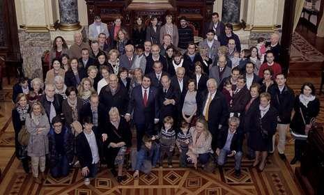Los más de 70 familiares de Antonio Ríos, ayer en el salón de plenos con el alcalde.