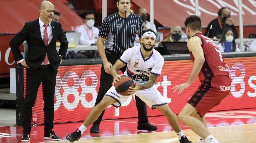 Nahuel Leiva trata de controlar un balón ante el Zaragoza