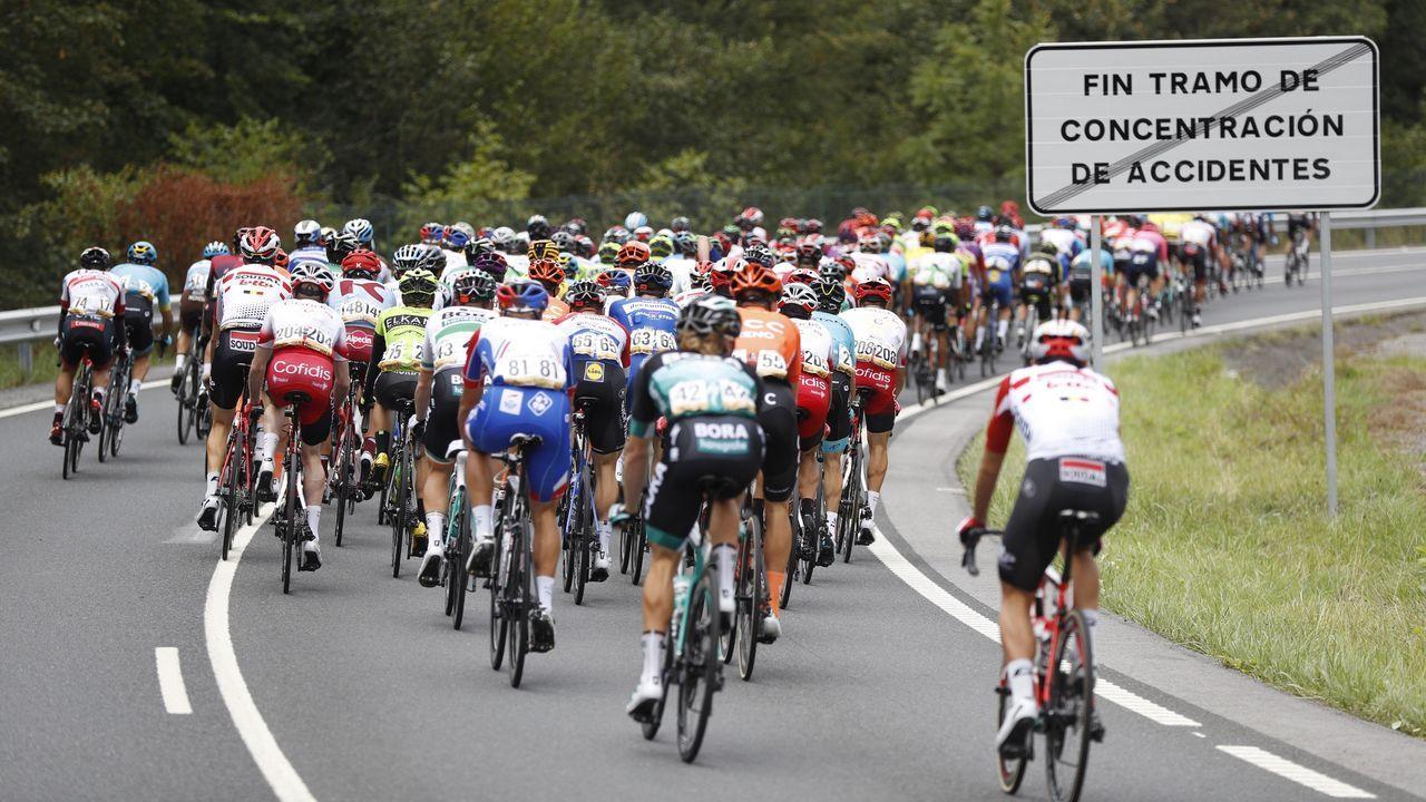 El pelotón ciclista a su salida de la decimoquinta etapa de la 74th Vuelta a España 2019, con salida en la localidad de Tineo y meta en el Santuario del Acebo