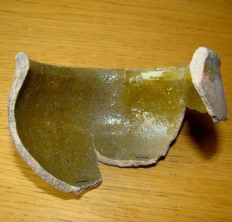 <span lang= es-es >Cunca con asa</span>. Los restos de esta pieza fueron localizados en una excavación en la calle Barrera, en A Coruña.