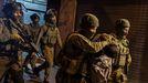 Soldados israelíes detienen a un palestino durante los enfrentamientos de la noche del viernes en la explanada de las Mezquitas