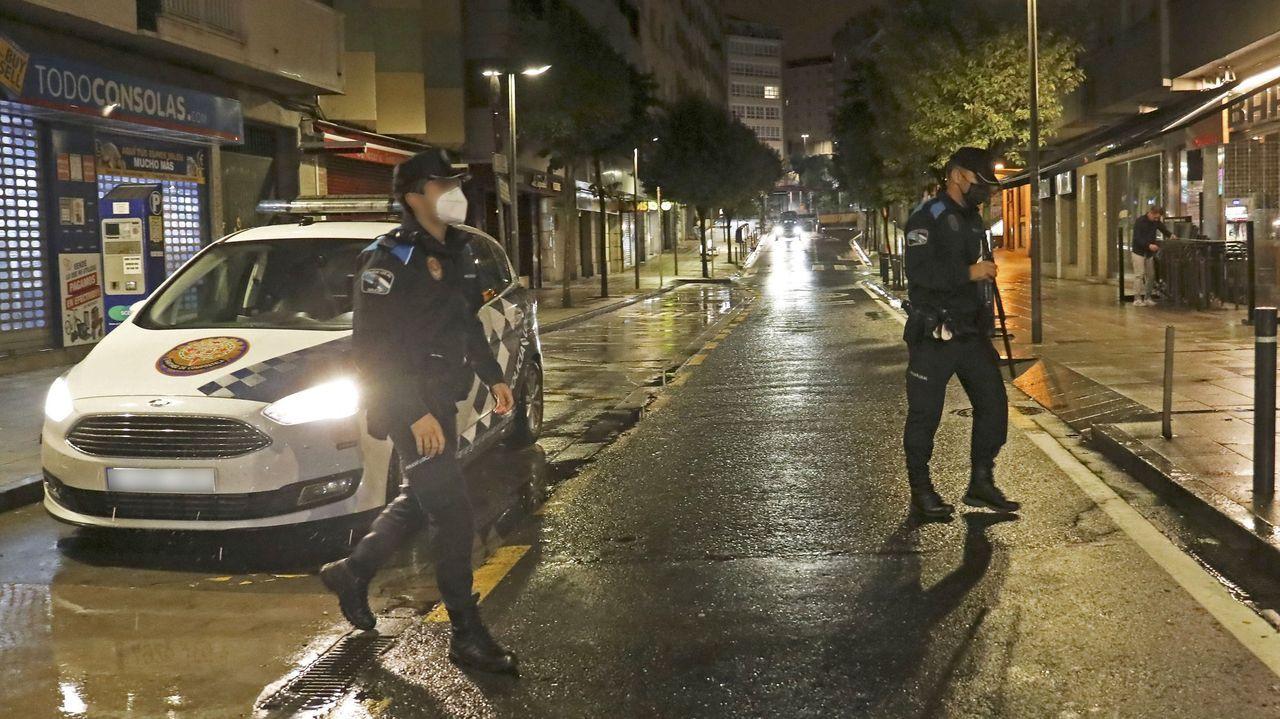Destrozos en algunas de las figuras de la Senda Mitolóxica.Una patrulla de la Policía Local de Santiago, en una imagen de archivo, vigilando las fiestas nocturnas en pisos