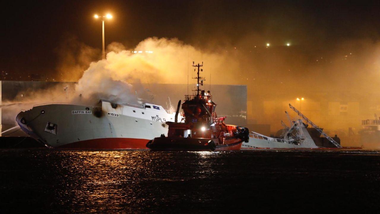 Aparatoso incendio en un barco en Bouzas