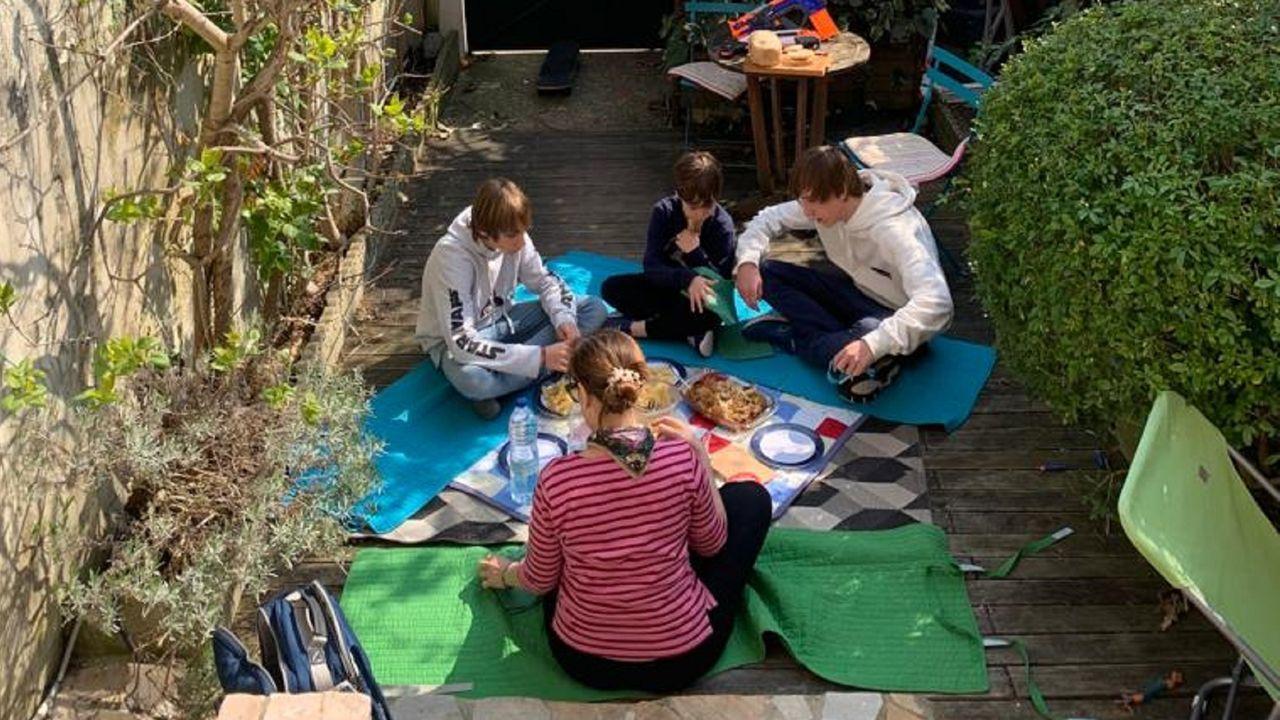 El sol llena de vida las terrazas de Ferrolterra.La ferrolana Cecilia Amor y su familia pasan el confinamiento en las afueras de París, donde viven
