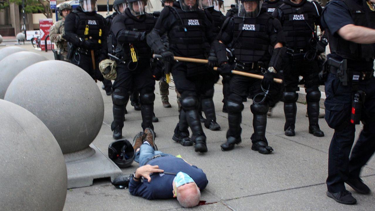 Martin Gugino, de 75 años, en el suelo con un charco de sangre bajo su cabeza