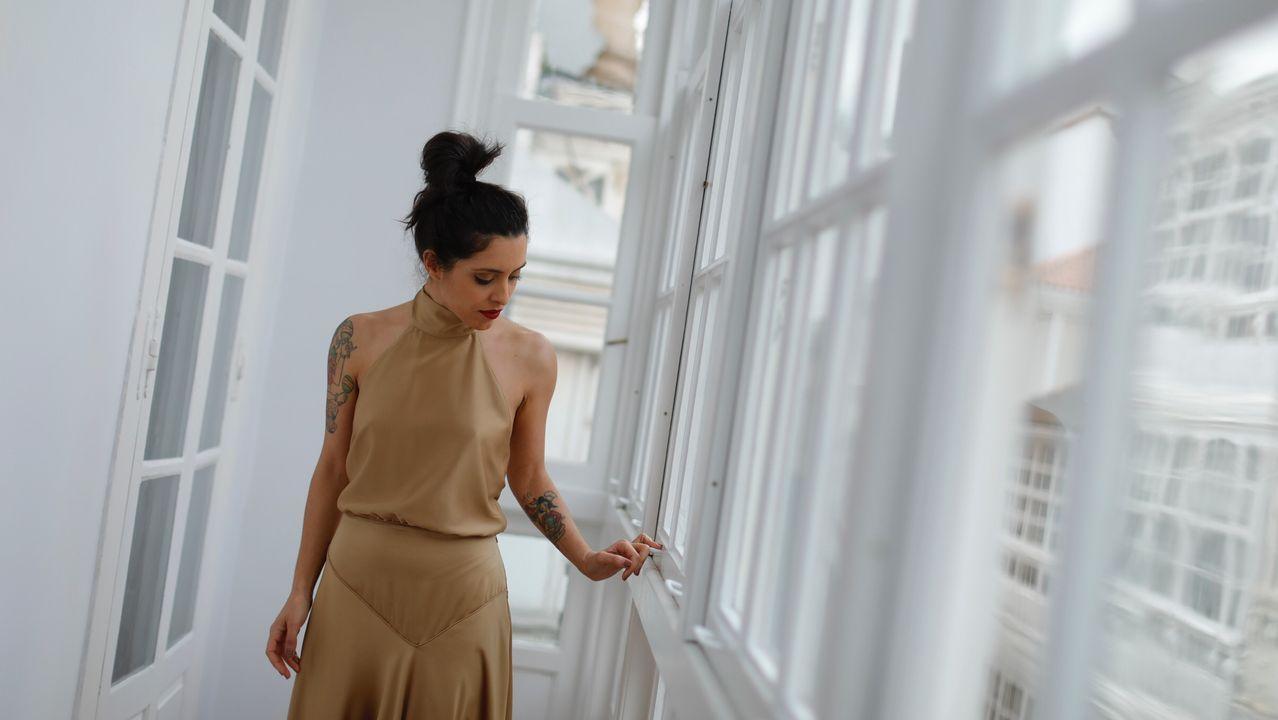 Marta pasea por las galerías de este piso en La Marina con un vestido dorado de Nonne