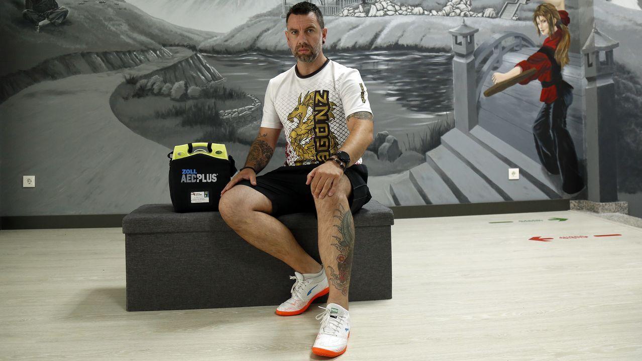 Iván Parada muestra el desfibrilador con el que cuenta en su gimnasio de Ribeira