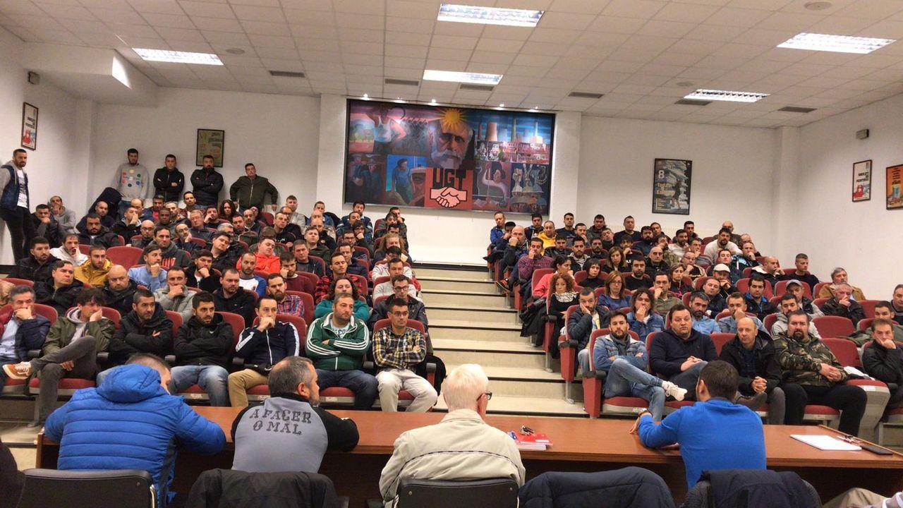 Camiseta Real Oviedo Ayuntamiento patrocinio Adidas.Reunión de los trabajadores de la empresa Noa, en una fotografía de archivo