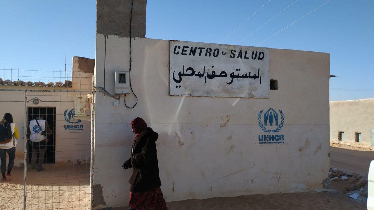 Cartel con el distintivo Centro Salud en castellano y árabe en el campamento de los refugiados saharahuis en Tindouf