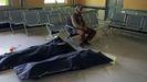Mahram Alí, de 68 años, espera que una ambulancia lleve el cadáver de Fariba, su hija de 17 años.