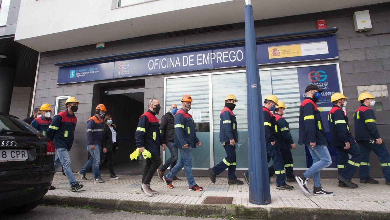 Ante la oficina de Emprego de Burela se concentraron a finales de octubre empleados de Alcoa para representar las colas del paro que provocarían los despidos que quiere ejecutar la multinacional en San Cibrao