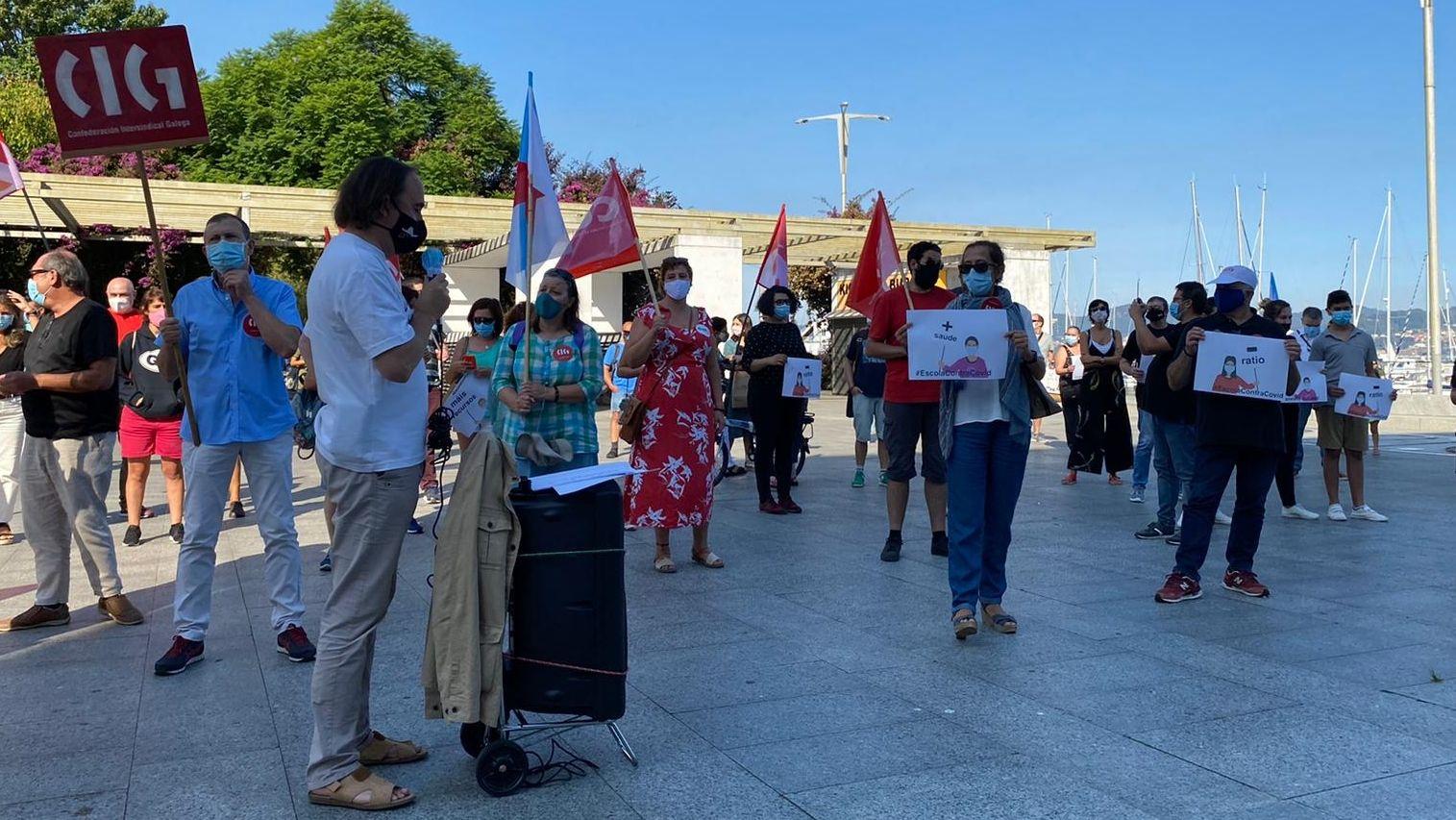 «Se desinfectamos, non ensinamos».López Font, en el medio en la imagen, en una foto de archivo de una sesión plenaria de enero de este año