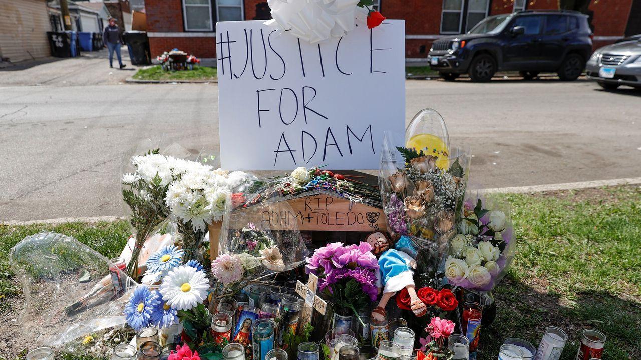 Velas, cruces y flores rodean una pancarta que pide «Justicia para Adam»