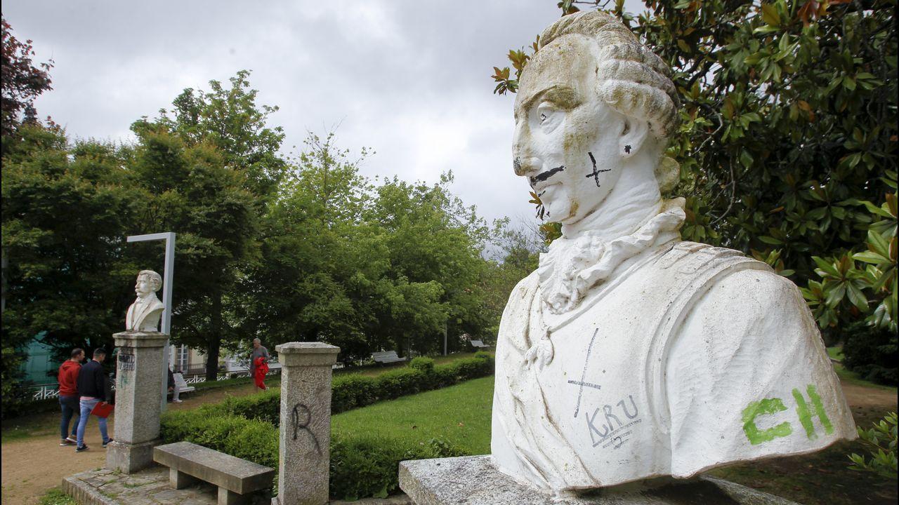En el conjunto de personajes ilustres faltan dos bustos desde hace tres años y el de Carlos III, en la imagen, ha sido víctima de los vándalos recientemente