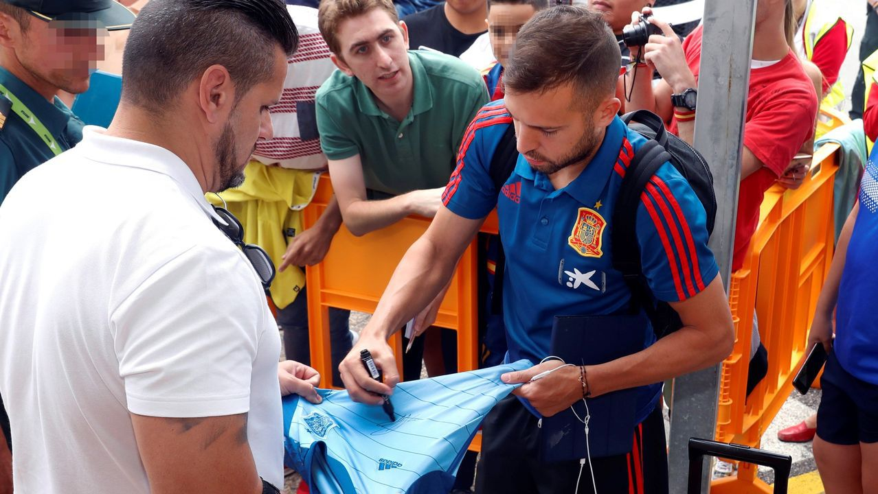 El lateral izquierdo Jordi Alba, a su llegada con el resto de la expedición de la Selección Española, que ha aterrizado en el Aeropuerto de Asturias