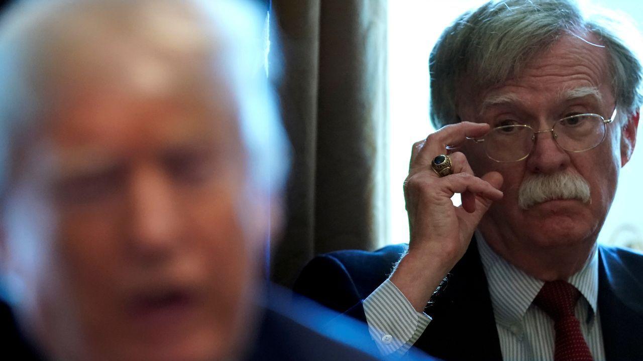 John Bolton, en segundo término, observa a Donald Trump en una reunión durante su etapa como asesor de seguridad nacional de la Casa Blanca