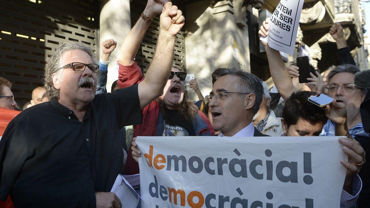 Joan Tardá, diputado y portavoz de ERC, entre los concentrados ante la sede de la consejería de Economía de la Generalitat.