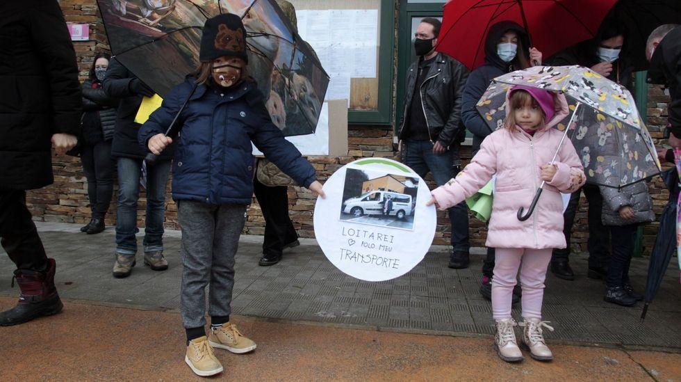 Dos alumnos del colegio de O Courel, en la concentración de protesta contra los cambios en el transporte escolar que se celebró el 30 de diciembre en Folgoso