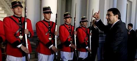 El nuevo jefe de Estado de Paraguay, Federico Franco, hace el signo de la victoria al llegar al palacio presidencial.