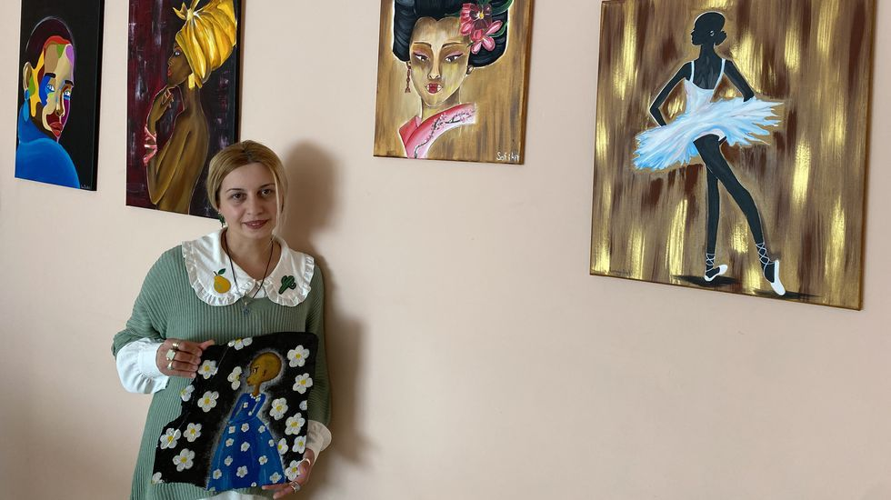 Sofi Modebadze, con algunos de sus cuadros