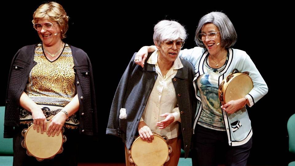 La compañía Chévere, representaron ayer la obra «As fillas bravas», dentro de los actos del día Internacional contra la Violencia Machista.
