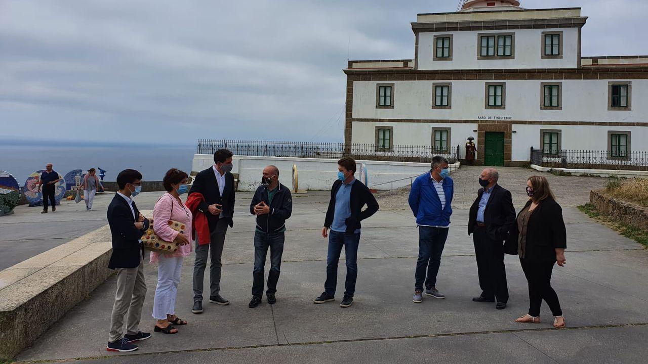 Seis imágenes de las seis horasa pie entre Lires y Fisterra.Cruceiro restaurado recientemente en Cores