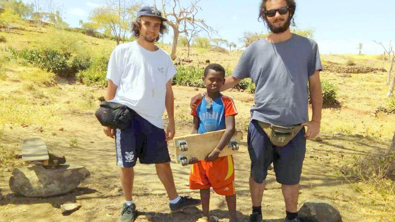 El «skatepark» con ADN asturiano en el corazón de África.Niños del orfanato de Kissi (Kenia) con la camiseta del Oviedo