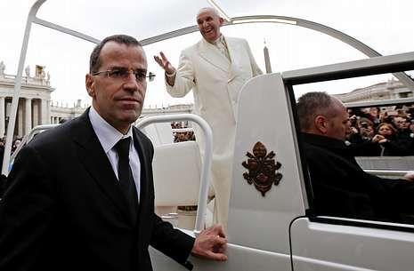 Daniel Rudolf Anrig escolta al papa durante una audiencia en la plaza de San Pedro.