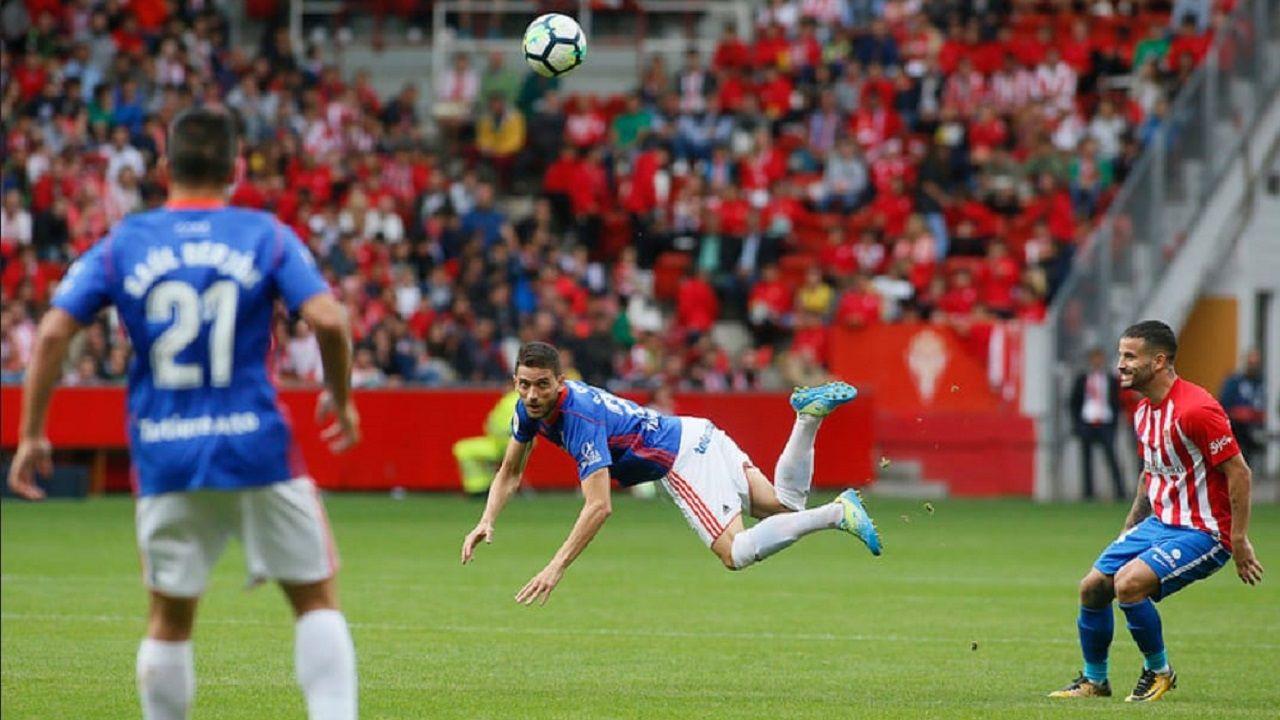 David Rocha salta a cabeza en el Sporting-Oviedo
