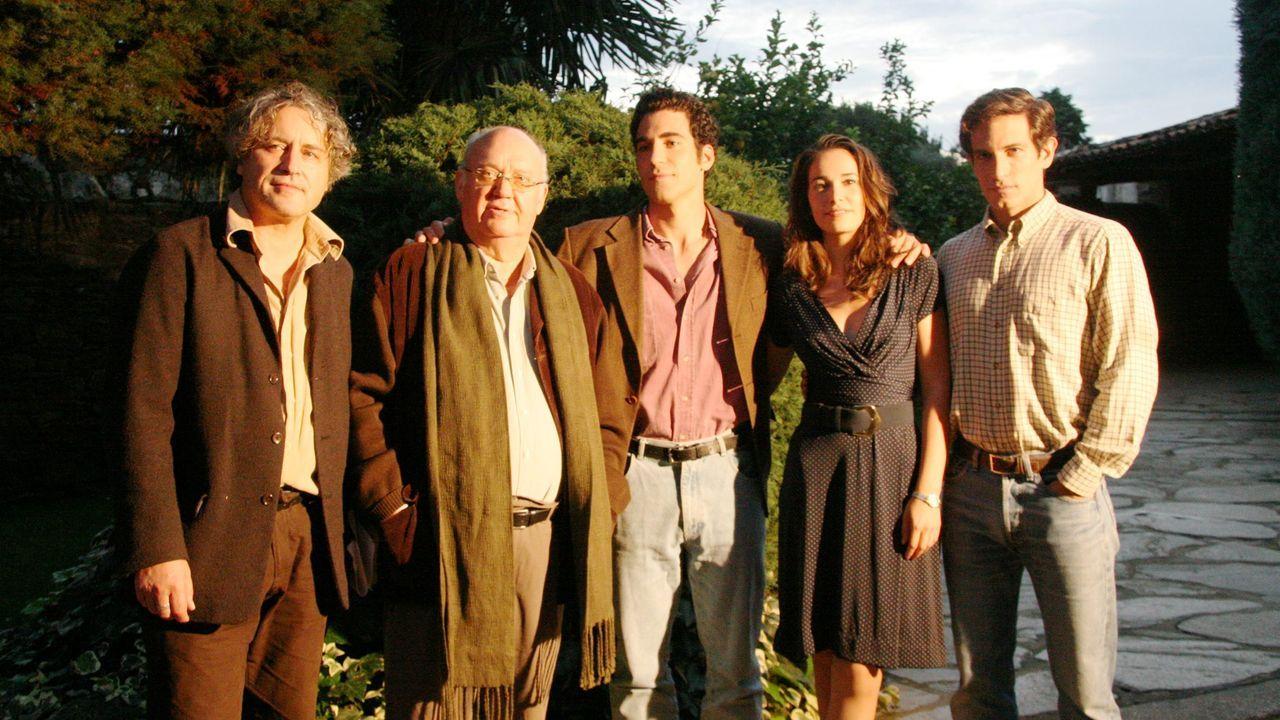 José Luis Cuerda (segundo por la izquierda) presentó en el pazo de Santa Cruz de Mondoi, en Oza dos Ríos, el rodaje de la película «Todo es silencio», basado en una novela de Manuel Rivas (primero por la izquierda).