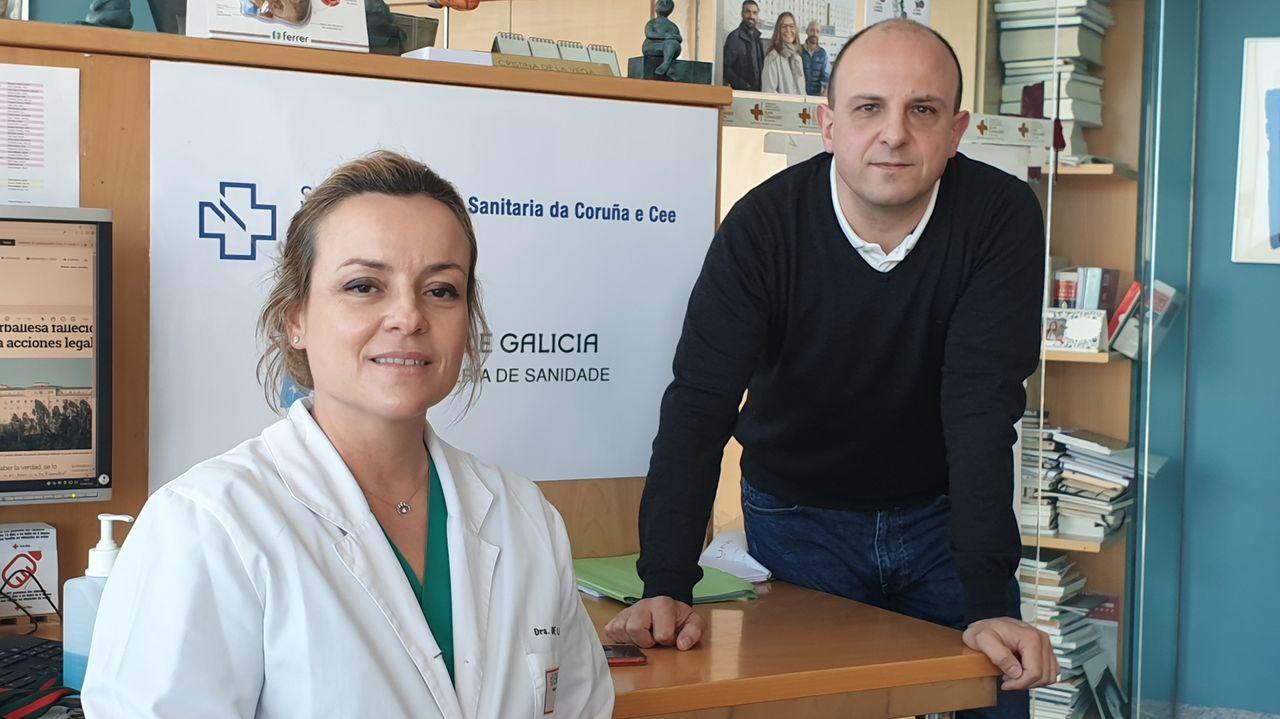 María de la Cámara, jefa de sección de Urgencias del Chuac, y Lino Carrajo, uno de los responsables del departamento de informática