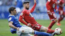 Borja Valle y Forlín luchan por un balón