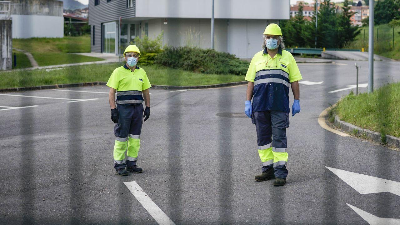 Trabajadores de Viaqua duermen en autocaravanas para garantizar el funcionamiento de la ETAP de As Coiñás.Medidas de seguridad por el regreso al trabajo presencial durante la crisis del coronavirus en la refinería Repsol de Bens.