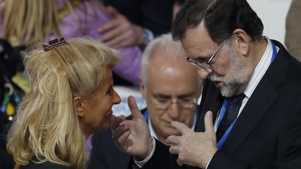 El presidente del Gobierno y del PP, Mariano Rajoy, conversa con el portavoz del PP en el Senado, José Rajoy conversa con José Manuel Barreiro, y con el vicesecretario general de Organización, Fernando Martínez Maíllo.