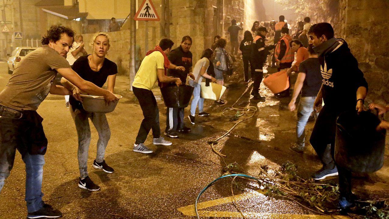 Jornada de vigilia naranja en Vigo.Noche de intenso trabajo en la defensa de viviendas y establos en la población de San Salvador (Asturias)