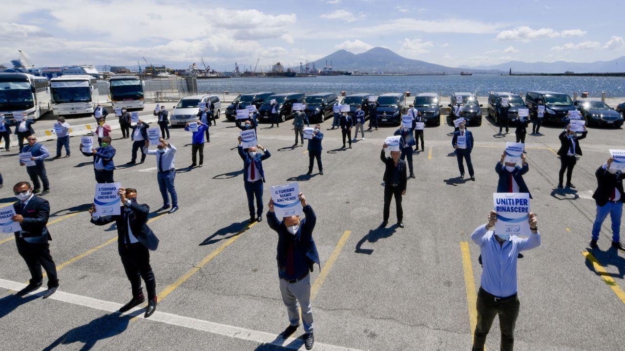 Conductores de autobuses turísticos protestan en Nápoles por la falta de ayudas al sector