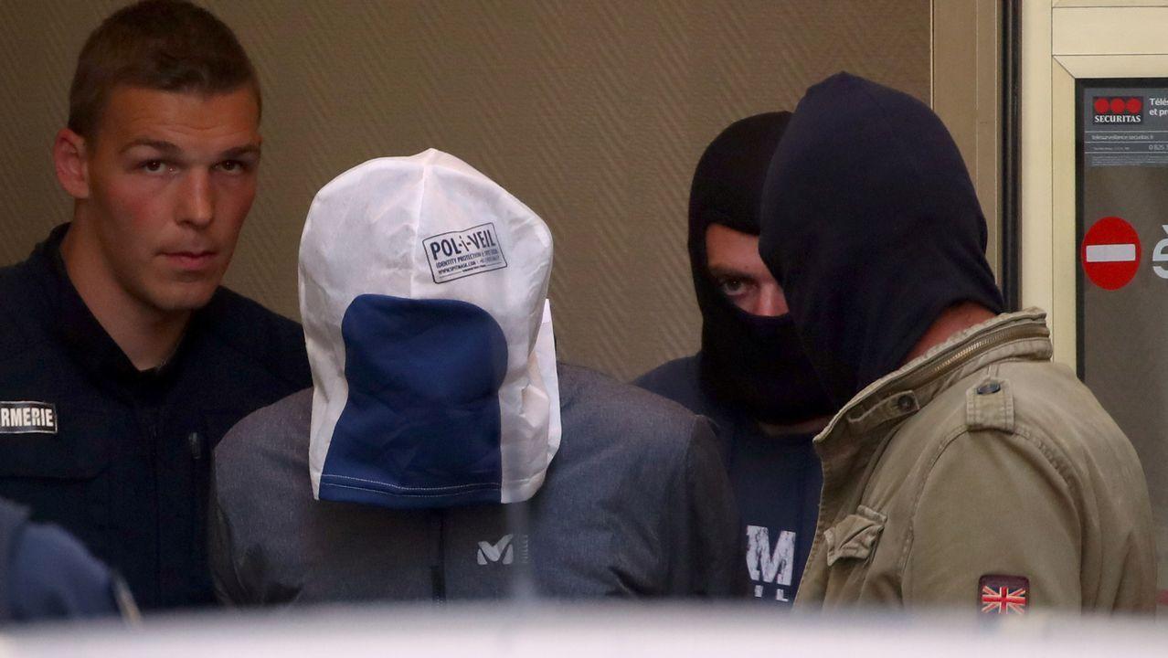 Momento en el que el exdirigente de ETA Josu Ternera sale del Palacio de Justicia en Bonneville con la cabeza completamente cubierta tras ser detenido en Francia
