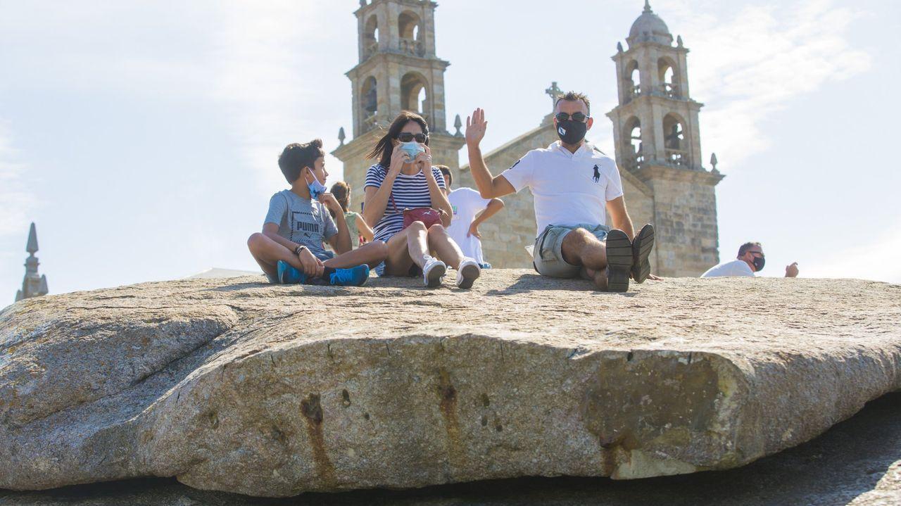 Tributo en Muxía a Gervasio Sar: las imágenes del arranque del homenaje póstumo.Mucha gente en las terrazas de Camariñas durante la jornada de ayer, festividad del Carmen